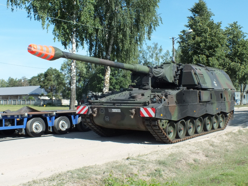 Lithuanian Armed Forces is getting equipped with  self-propelled howitzers PzH2000