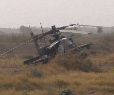 More-photos-of-Saudi-Apache-Ah-64-emergency-landing-near-Tewal-border-crossing-2