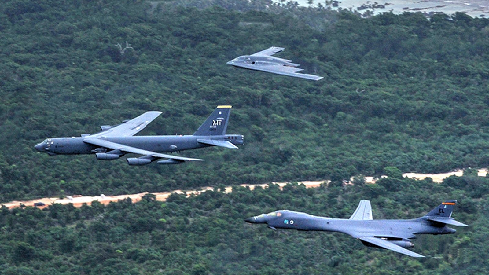 Video : B-52 Stratofortress, B-1 Lancer and B-2 Spirit  fly together in a massive show of force